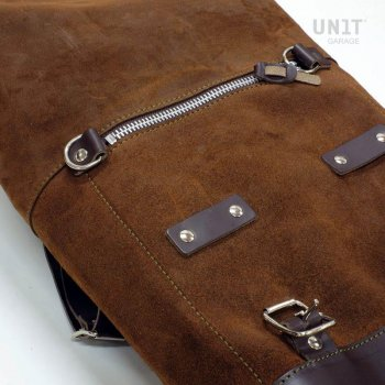 侧袋采用分体皮革+右侧框架