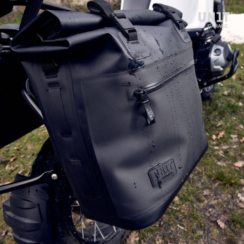 两个 Khali 侧袋,采用 TPU 35L - 45L 材质,带九个框架